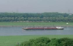 Ein Lastschiff auf dem Rhein